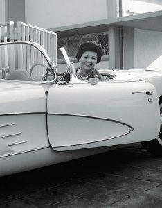 Personen, Leidenschaft für schnelle Autos, Aenne Burda im Chevrolet Corvette 1956, vor Haus, in Garageneinfahrt, S.54/55